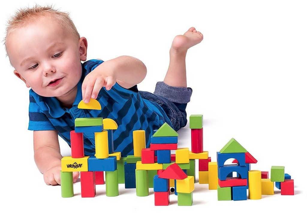 WOODY DŘEVO Baby kostky barevné set 50ks stavebnice vkládačka v kyblíku
