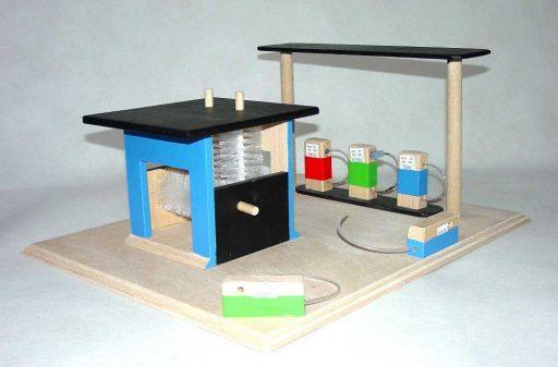 Dřevěná myčka s benzínkou